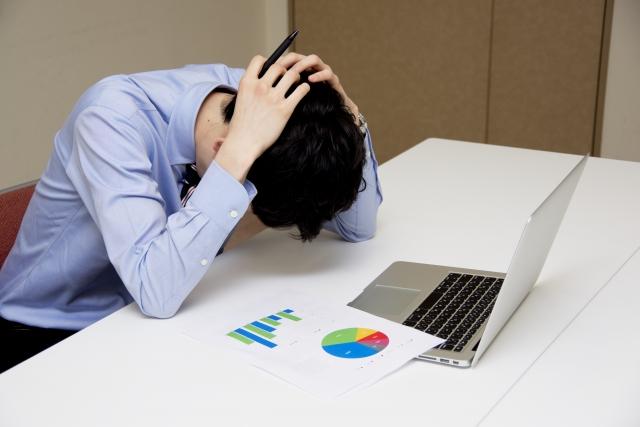 今のWiFiでは遅いしデータ通信量が足りなくて悩む男性